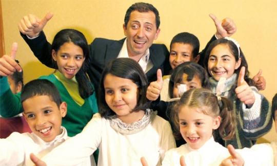 Gad Elmaleh et Nikos Aliagas, l'animateur français, entourés des enfants de SOS Villages, reconnaissants à l'humoriste de s'être mobilisé pour eux.