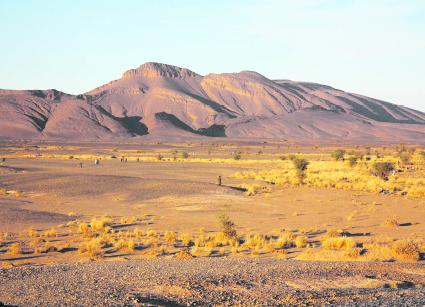 Près de 3.000 chasseurs de météorites ont arpenté le terrain de Tissint (province de Tata) à la recherche de morceaux de la précieuse météorite martienne dont la chute a eu lieu le 18 juillet 2011 à 2h00 GMT. Le paysage ressemble étrangement à la planète rouge. D'ailleurs, une équipe de scientifiques autrichiens  y a mené, du 1er au 28 février 2013, la mission «Mars 2013» dont le but est de conduire une simulation sur terrain analogue au sol de Mars dans le cadre du programme de recherche PolAres
