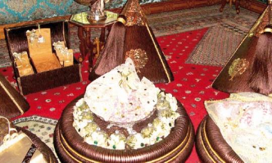Il est de coutume que le mari offre des présents à sa promise : bijoux, veau, vêtements, accessoires, parfums…