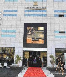 Selon les dirigeants de l'entreprise, le show room est l'un des plus grands d'Afrique en la matière. Il commercialise une dizaine de références internationales en matière de carrelage et de sanitaires