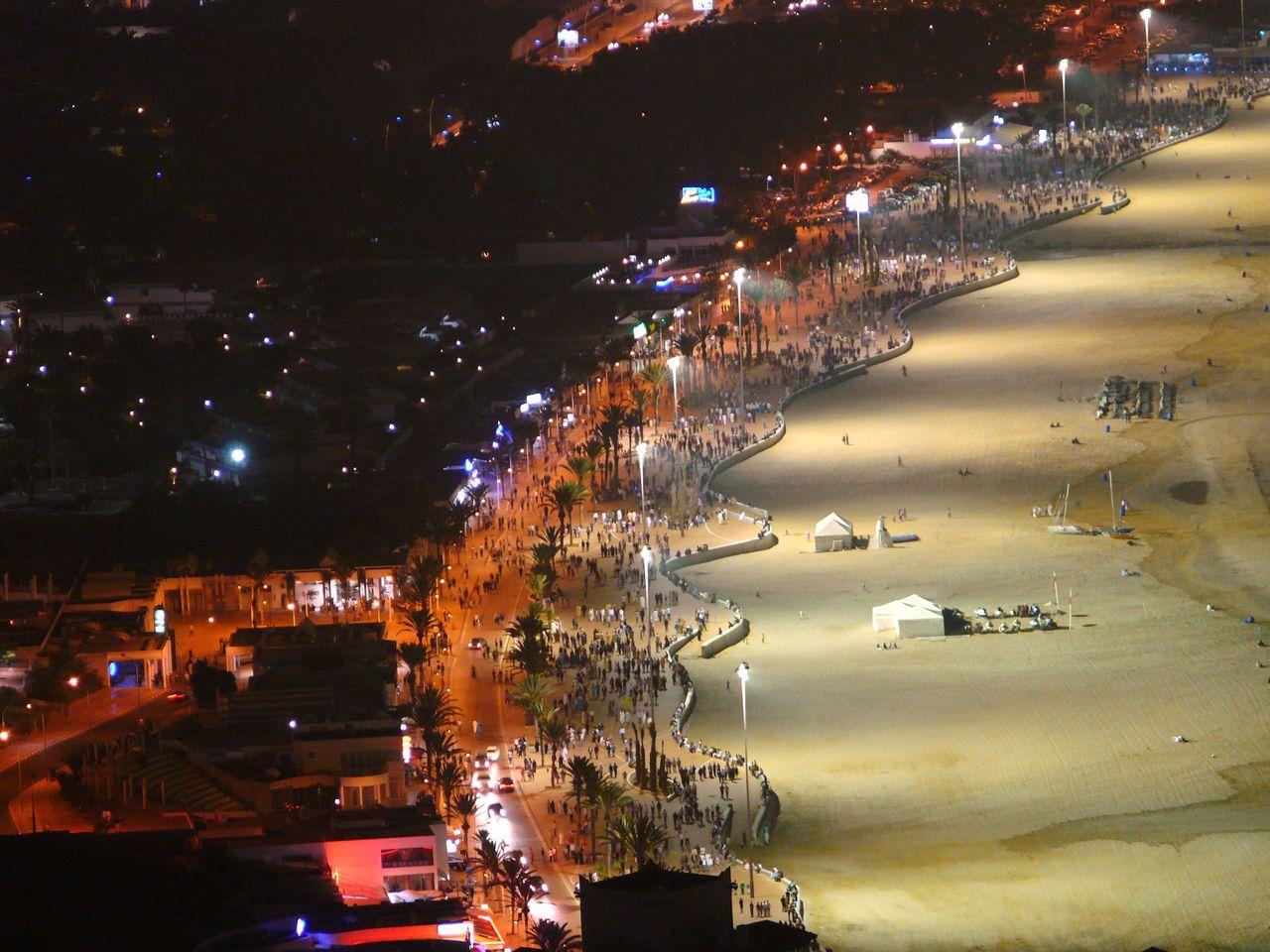 Eclairage de la plage d agadir la nuit positif mais l for Piscine eclairee la nuit