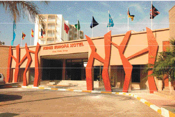 Dès l'entrée de l'établissement, le changement est visible. Tout en mettant en valeur la pierre de l'Ourika utilisée, la façade de l'hôtel aux couleurs beige et orange annonce le renouveau avec un décor plus moderne