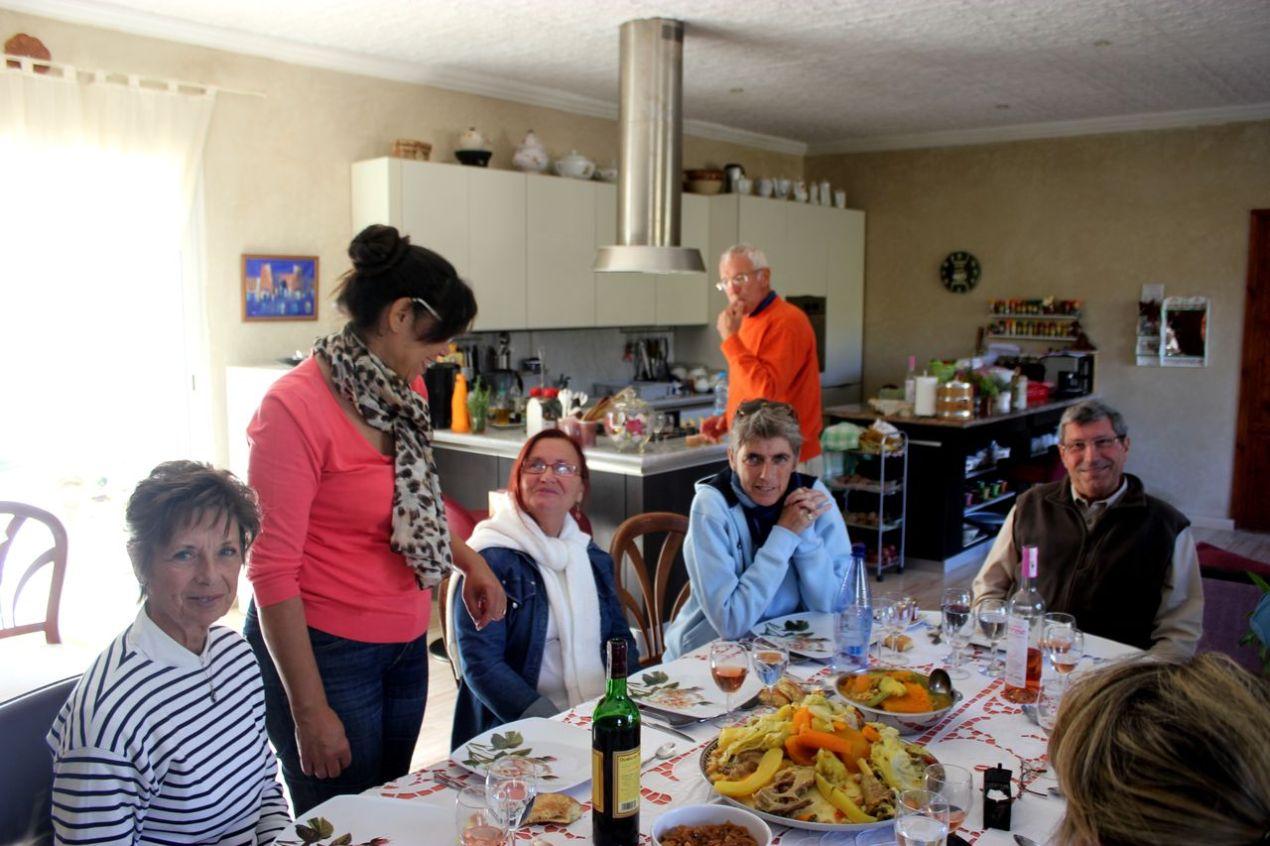 Nicole, Fairouz, Sissia (la soeur de Chantal), Florence, derrière elle, Marc qui s'en lèche déjà les doigts et André.