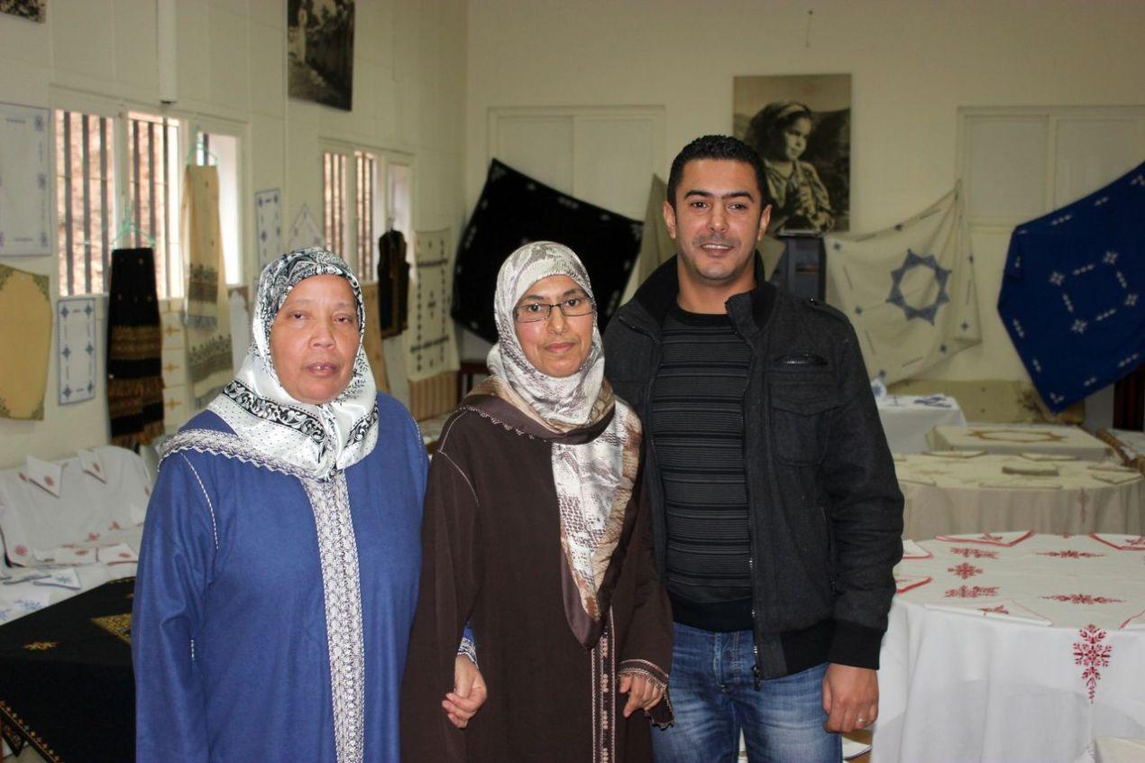Deux des brodeuses de Meknès : Najia, Fatima Zahra et Nabil, le fils de Fatima Zahra