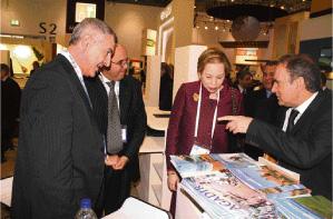 Lalla Joumala Alaoui, ambassadrice du Maroc à Londres, visitant le stand du Maroc accompagnée de Abderrafii Zouiten, DG de l'ONMT