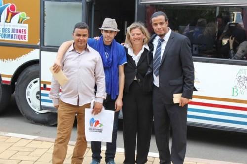 Ségolène Chambrier, Directrice EMEA Dell, entouré de Ayssa, Adil et Jihad, les trois formateurs de la Caravane AJI. /DR
