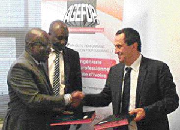 A droite, Aziz Bouslikhane, président fondateur d'Universiapolis, et Traoré Bamoudien, DG de l'Agefop en Côte d'Ivoire. La convention signée permettra aussi d'accompagner des porteurs de projets dans la création de leurs entreprises
