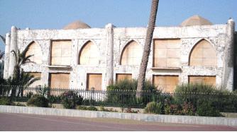 Depuis plus de dix ans, la façade arrière de l'hôtel Palais des Roses offre cette image de chantier à l'arrêt sur la promenade du front de mer