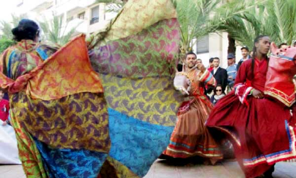 Des troupes de théâtre se sont produites devant la gare Casa-Voyageurs pour le plus grand bonheur des badauds.