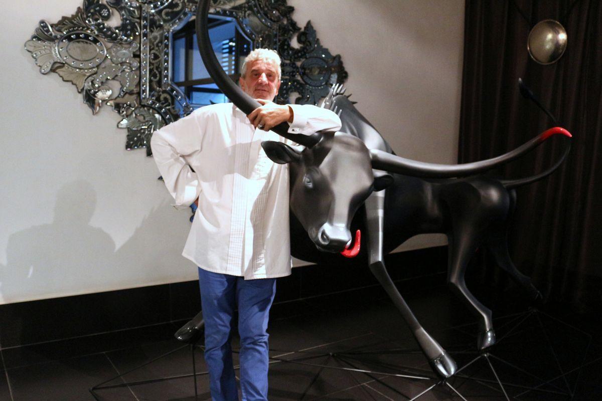 Alain Gerez devant une de ses créations, un magnifique taureau
