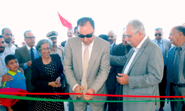 Les représentants de l'autorité locale lors de l'inauguration du nouvel établissement scolaire.
