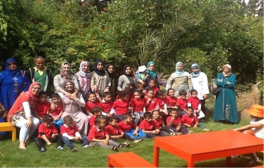 Une partie du personnel de Hayati avec des enfants pendant une sortie pédagogique