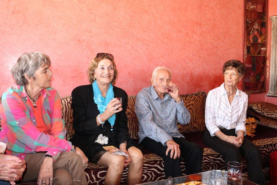 De gauche à droite : Florence et Nelly Sambrana, Fernand Ballester qui vient de fêter ses 90 ans né en 1924 dans la kasbah dAgadir) et Nicole