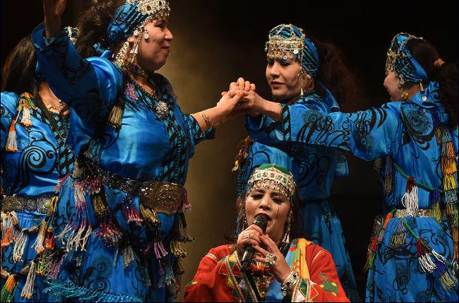 [AFP/Fadel Senna] la chanteuse amazighe Fatima Tabaamrant se produit dans un festival pour célébrer Yennayer à Tiznit, au Maroc.