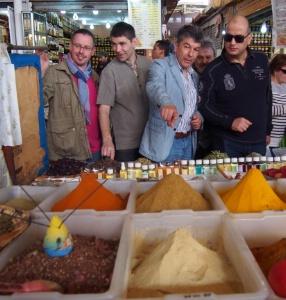 Au Souk d'Agadir, face aux épices : Régis et Jacques Marcon, Rodolphe Regnault et Kamal Rahal Essoulami, président de la Fédération nationale des arts culinaires du Maroc.